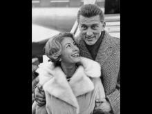 Кирк Дуглас с женой Энни Байденс. 1960 год