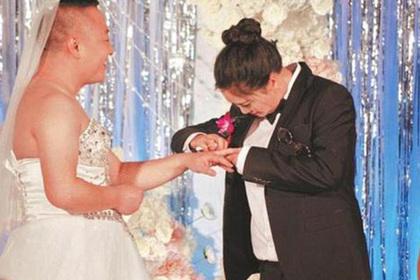 Новобрачные поменялись нарядами из-за страха невесты показаться очень толстой в одеяние