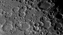 Поверхность Луны. Фото с сайта movdata.net