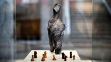 Гранитная фигурка высотой 36 см представлена в окружении более типичных образцов неолитической скульптуры: небольших статуэток из глины и мягкого камня. Фото: Alkis Konstantinidis / REUTERS