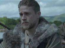 Чарли Ханнэм в роли короля Артура