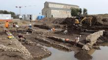 Раскопки митреума. На заднем плане — собор La Canonica