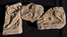 Три фрагмента барельефа тавроктонии из Марианы. Хорошо сохранилась нижняя часть изображения