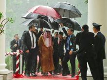 Король Салман по прибытии в Индонезию. Фото с сайта businessinsider.com