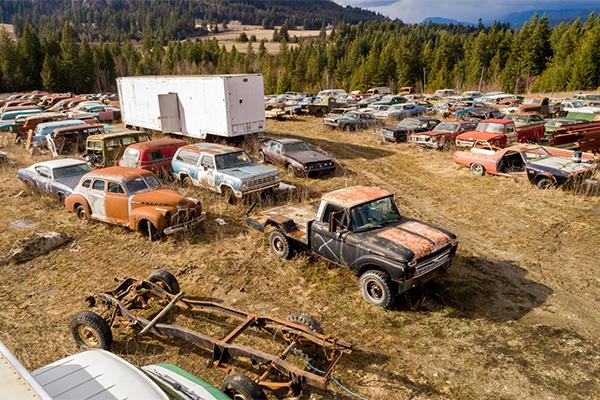 Гражданин  Канады продаёт земельный участок вместе сколлекцией из340 авто