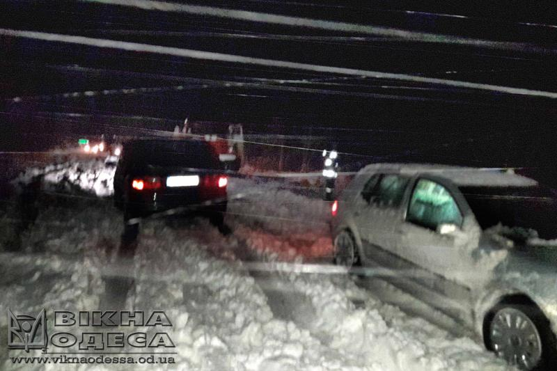 Одесские cотрудники экстренных служб всю ночь доставали машины изснежного плена
