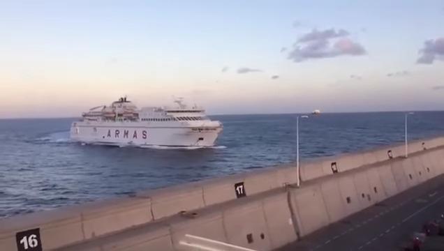 Паром со140 пассажирами врезался впирс наКанарских островах