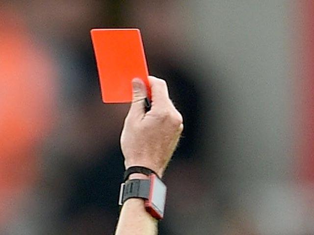 Нокаутировавший судью футболист дисквалифицирован на4,5 года
