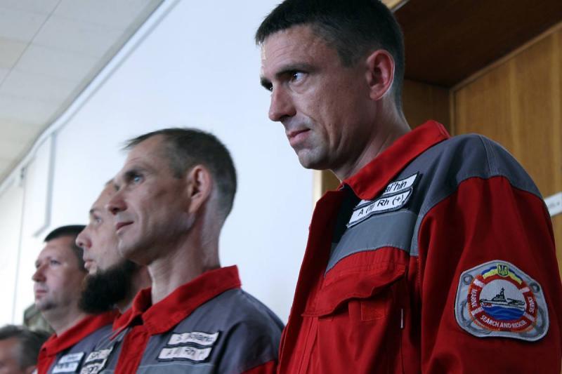 Экипаж украинского баркаса, который недопустил захвата судна русским кораблем, наградили