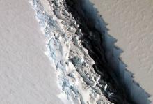 Трещина в антарктическом щите. Фото: NASA / John Sonntag