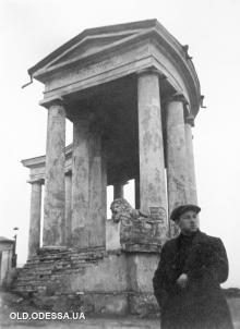 Архитектор Андрей Лисенко возле колоннады. Фото из архива А.О. Лисенко в ГАОО. 1 декабря 1929 г.