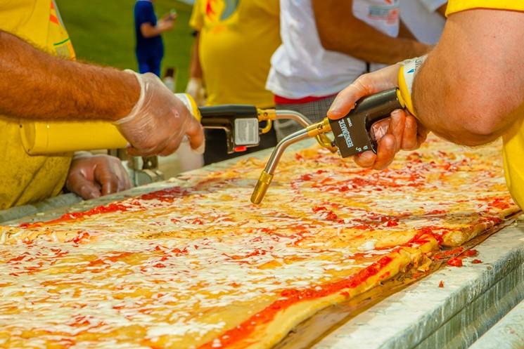 ВСША испекли пиццу длиной неменее 2-х тыс. метров
