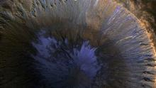 Следы потоков воды в кратере на Марсе. © Фото: NASA/JPL/University of Arizona