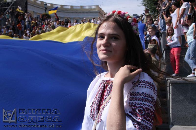НаПотемкинской лестнице развернули 26-метровый флаг Украины— Одесса отмечает