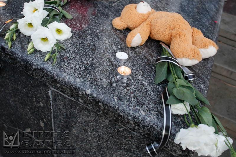 ВОдессе прошло прощание сдевочкой, погибшей впожаре в«Виктории»