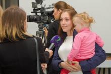 Волонтер Елена Мовчан с дочкой Аней. Фото Татьяны Стрельниковой