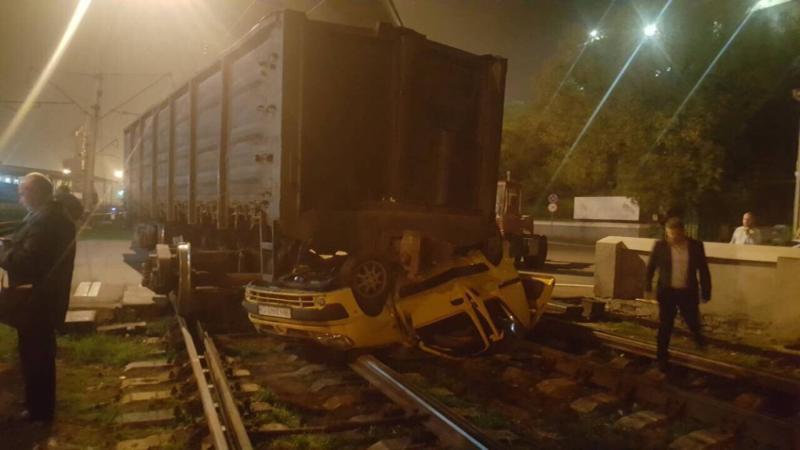 Автомобиль попал под грузовой поезд вОдесском порту