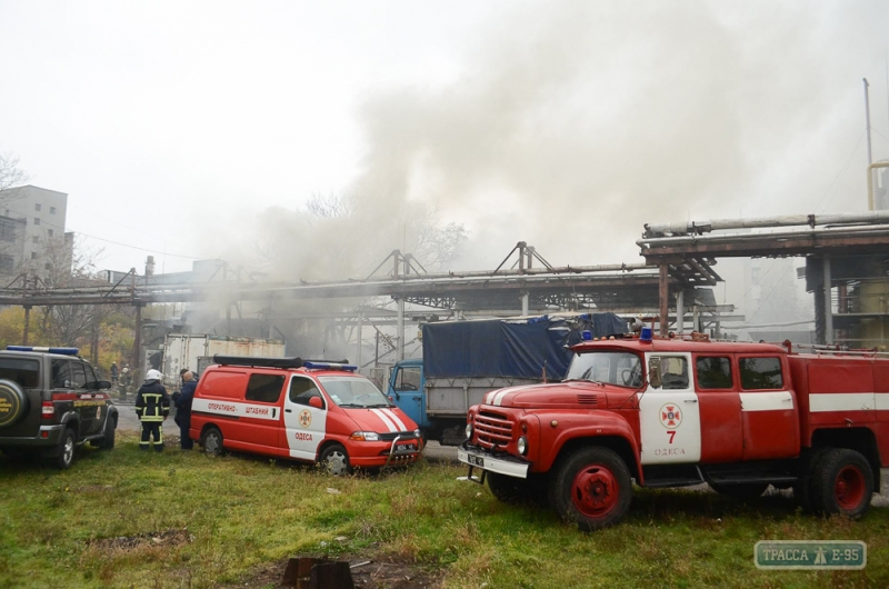 Одесские пожарные боролись с масштабным пожаром в цеху (видео)