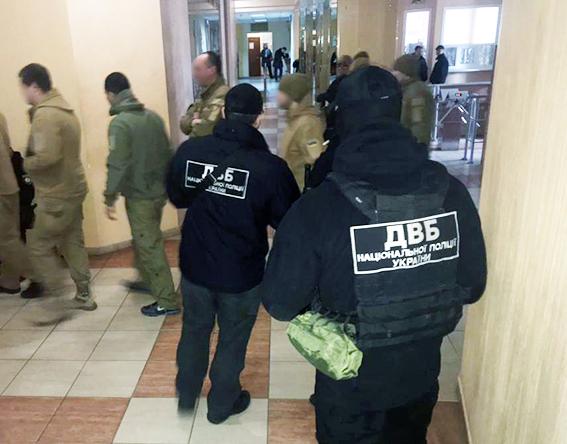 Подлог разбой и кража тысяч долларов в Одессе задержаны три  Подлог разбой и кража 120 тысяч долларов в Одессе задержаны три следователя полиции