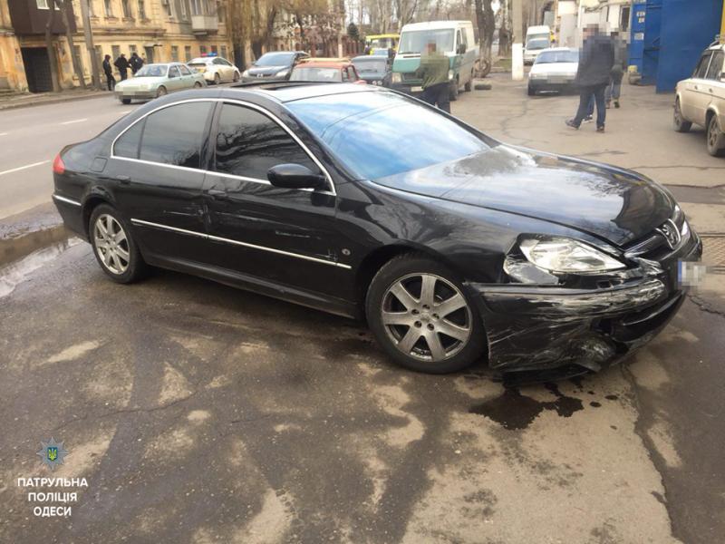 ВОдессе нетрезвый шофёр пытался въехать всупермаркет иустроил ДТП