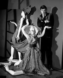 Манекены в платьях из первой коллекции Givenchy и сам 25-летний граф-модельер перед открытием его ателье в феврале 1952 г.  Фото: AP