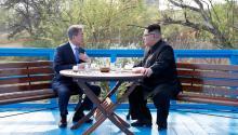 Президент Южной Кореи Мун Чжэ Ин и глава КНДР Ким Чен Ын, 27 апреля 2018 года. Фото:  Korea Summit Press Pool / AFP / Scanpix / LETA