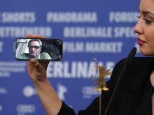 Дочь режиссера, Баран, звонит отцу Мохаммеду Расулофу на пресс-конференции лауреатов Берлинского кинофестиваля, 29 февраля 2020 года. Getty Images. Фото: Т.Нидермюллер