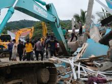 Спасательные работы в Мамуджу, Индонезия. Фото: AP Photo/Sadly Ashari Said