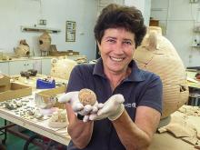 Археолог Алла Нагорски держит куриное яйцо, которому тысяча лет. Управление древностей Израиля. Фото: Gilad Shtern