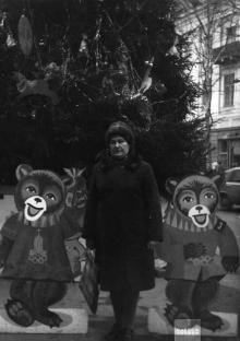 Одесса. Елка возле магазина «Детский мир». Через дорогу виден дом № 11а по ул. Ленина. 1980 г.