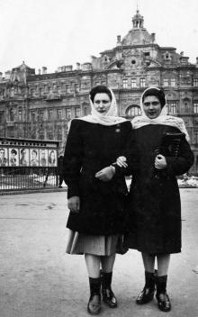 На площади Советской Армии на фоне дома Русова. 1951 г.