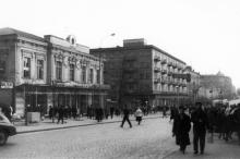 Дерибасовская, между Горсадом и ул. Халтурина (Гаванная), в здании находилось кафе  «Снежинка»