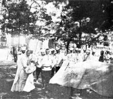 Жители Одессы и введенные войска на Соборной площади. Фотография из газеты «L'illustration» от 15 июля 1905 г.