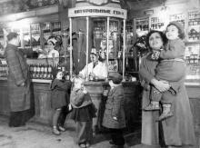 Ул. Х-летия Красной Армии (Преображенская), в гастрономе №1, 1950-е годы