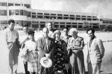 Сергей Бондарчук и Иван Переверзев, с киногруппой фильма «Корабли штурмуют бастионы», 1953 г.