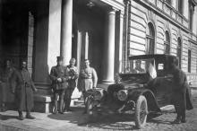 Возле железнодорожного вокзала, 1919 г.