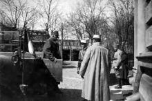 Французский генерал д'Ансельм возле железнодорожного вокзала, 1919 г.