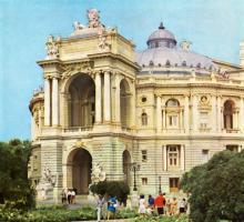 На ул. Ласточкина, возле оперного театра, 1 мая 1953 г.