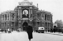 На ул. Ласточкина (Ланжероновской) возле оперного театра, 1959 г.