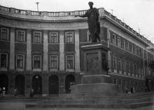 Одесса. Памятник герцогу Ришелье на фоне дома № 8 по Приморскому бульвару (№ 1 по Екатерининской площади). 1950-е гг.