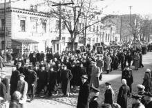 Ул. Чкалова угол ул. Свердлова, колонна машиностроительного техникума (позже Промавтоматики) движется по Чкалова от парка Шевченко в сторону Осипова. 7 нобря 1956 г.