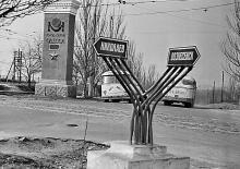 Проспект Добровольского (уходит направо), слева Николаевская (с 1996 г. Южная) дорога, на месте указателя установлен памятник Суворову, 1970-е годы