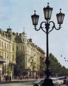 На ул. Ленина (Ришельевской), на углу Жуковского (Почтовой)
