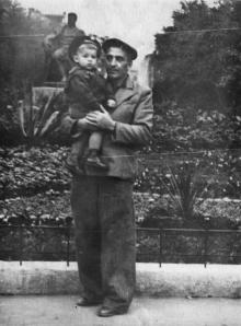 У памятника Сталину в сквере на площади Советской Армии. Одесса. 1950-е гг.