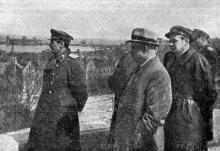 Товарищ Хрущев Н.С. осматривает разрушенный порт, фотография из книги «Одесса в Великой Отечественной войне Советского Союза. В 3-х т.»