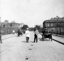 Ул. Греческая, на Строгановском мосту, фотограф Ю. Коншин, 1910-е годы