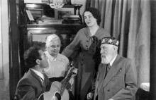 В доме у Тер-Петросяна на Пролетарском бульваре, 37, Артур Айдинян поет для В.П. Филатова и его жены В.В. Скородинской, стоит Л. Гладкова