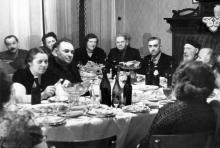 В.П. Филатов в гостях у Елены Аркадьевны Тер-Петросянц на Пролетарском бульваре, 37, вдали у окна Н.А. Пучковская