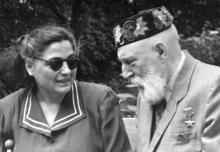 Академик В.П. Филатов с пациенткой на территории института