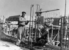 Одесса. Арматурщики-стахановцы П. Русевич (слева) и С. Рогулич укладывают арматуру колонн и перекрытий первого этажа нового железнодорожного вокзала. Молодые производственники выполняют дневную норму на 130-150 процентов.